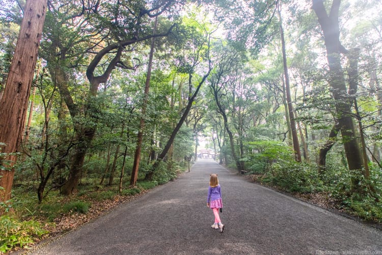 Tokyo with kids - Walking through the gardens of the Meiji Jingu shrine